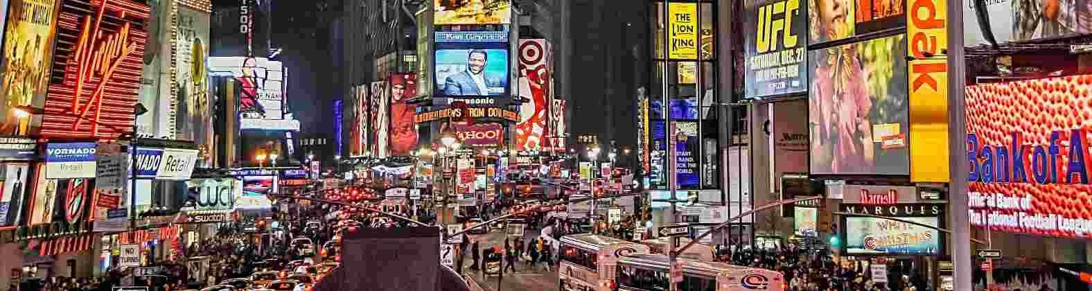 Times Square mit vielen Menschen und Werbedisplays